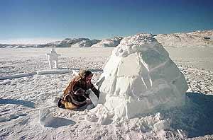 Un Inuit que vive en Opingiviken, cerca de Nunavut, cubre la entrada de un iglú. (Foto: AP)