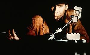 Fotograma de la película. Harrison Ford, con su maquinaria para descubrir a replicantes.