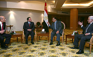 Olmert, Abdalá, Mubarak y Abu Mazen, durante su reunión en Sharm el Sheij. (Foto: AFP)