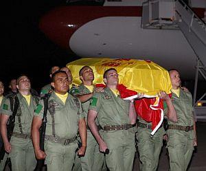 Un grupo de militares porta los restos mortales de uno de los fallecidos. (Foto: EFE)