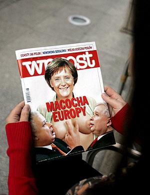 Una mujer lee el semanario que ha publicado el fotomontaje de Merkel y los gemelos Kaczynski. (Foto: EFE)