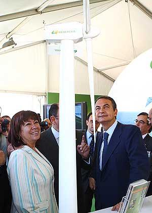 Narbona y Zapatero contemplan un molino de generación eólica. (Foto: EFE)