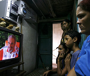 Una familia cubana observa una entrevista a Castro en televisión. (Foto: AP)