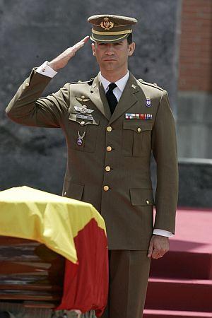 El Príncipe Felipe, en el funeral por los soldados muertos. (Foto: EFE)