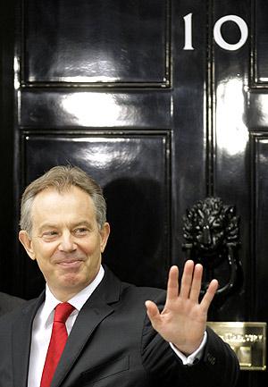 Blair, esta mañana, en la puerta de la vivienda del primer ministro británico. (Foto: REUTERS)