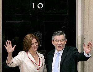Brown, junto a su mujer, Sarah, a la entrada del 10 de Downing Street. (Foto: AP)