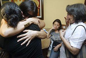 La familia de Ramiro Echeverri, uno de los diputados asesinados. (Foto: AFP)