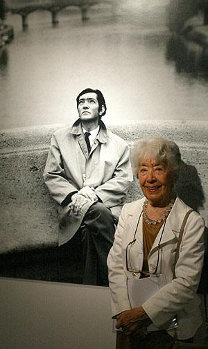 Aurora Bernárdez, viuda del escritor argentino, posa en la exposición dedicada a Cortázar. (Foto: Antonio Moreno)
