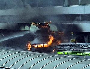 El coche en llamas que se estrelló contra el aeropuerto de Glasgow. (Foto: AP)