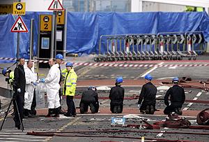 Investigadores, este domingo, en el aeropuerto de Glasgow. (Foto: AP) Vea más fotos.