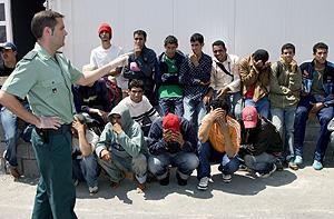 33 inmigrantes retenidos en el puerto de Almería. (Foto: EFE)