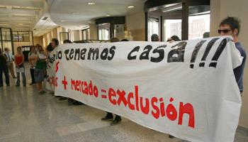Varios de los activistas desplegaron una pancarta dentro de las instalaciones de la EMV. (FOTO: R.E.S.)