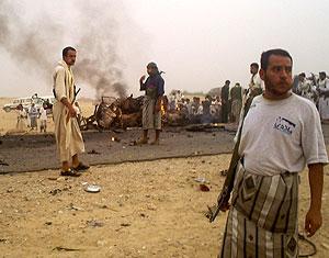 Agentes de seguridad yemeníes, en la zona de la explosión. (Foto: REUTERS)
