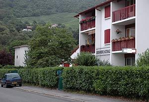 Gendarmería de Saint Jean de Pied-de-Port, localidad del País Vasco francés, donde fueron detenidos los etarras. (Foto: EFE)