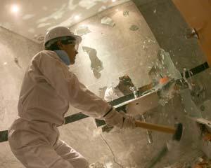 Uno de los participantes destroza el cuarto de baño de una de las habitaciones. (Foto: AFP)