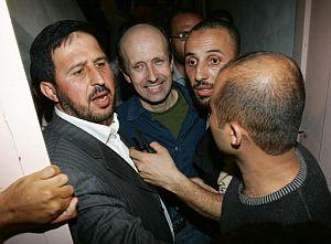 Johnston, rodeado por milicianos de Hamas, tras ser liberado. (Foto: AFP)