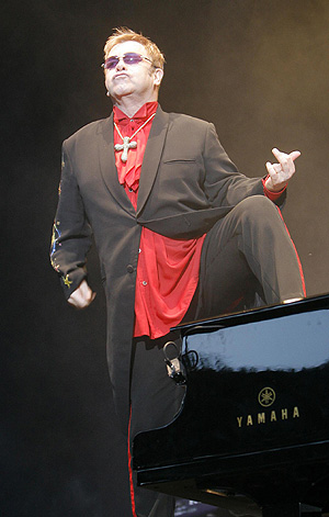 Elton John en uno de sus conciertos.