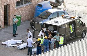 Traslado de los fallecidos en el accidente. (Foto: EFE)