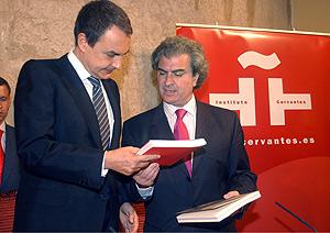 César Antonio Molina junto al presidente del Gobierno, hace justo un año, en León. (Foto: EFE)