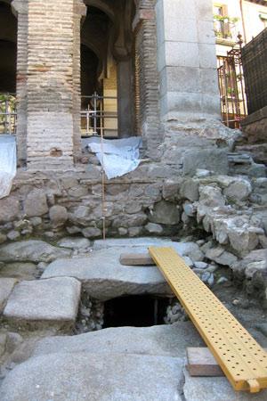 Calzada romana descubierta en la Mezquita del Cristo de la Luz. (Foto: EFE)