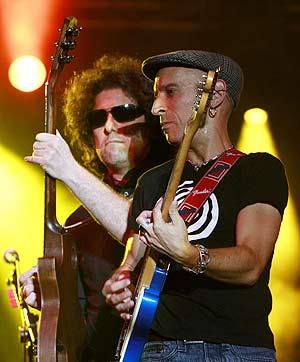 Calamaro y Fito tocan juntos la guitarra durante el concierto. (Foto: EFE)