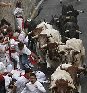 Paso del primer encierro por la Cuesta de Santo Domingo. (Foto: EFE)
