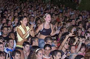 El público granadino, atento a la elección, mira una pantalla gigante. (Foto: EFE)