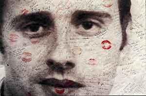 Cartel cubierto de besos con el rostro de Miguel Ángel Blanco. (Foto: Larry Mangino)