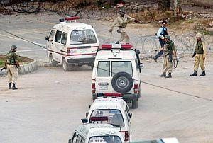 El ejército permite el paso a la Mezquita Roja a las ambulancias. (Foto: AFP)