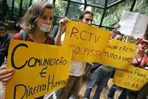 Simpatizantes de Chávez sostienen pancartas contra la cadena. (Foto: EFE)