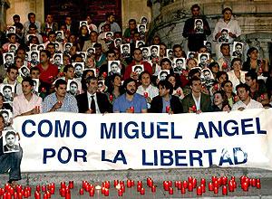 Concentración, la pasada madrugada, en recuerdo de Miguel Ángel Blanco. (Foto: EFE)