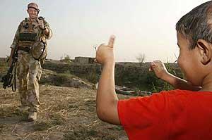Un niño iraquí saluda a un soldado británico. (Foto: REUTERS)