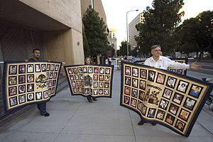 Miembros de una asociación de víctimas, ante la catedral de Los Ángeles. (Foto: AP)