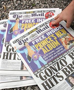 Un hombre se lleva un ejemplar del periódico. (Foto: AFP)