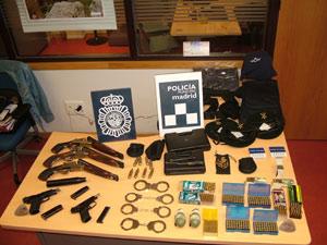 Tres escopetas recortadas junto a varias pistolas, grilletes, cartuchos de aire comprimido y un par de granadas de mano. (Foto: Mundo)