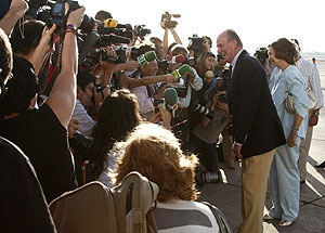 Los Reyes conversan con los medios, a su llegada a Palma de Mallorca. (Foto: EFE)