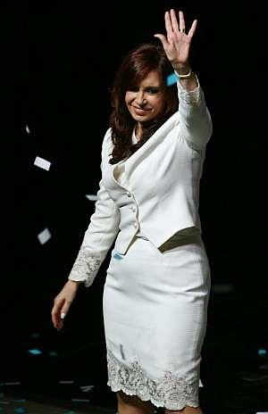 Cristina Fernández saluda durante el acto. (Foto: EFE)