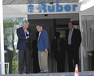 Felipe González prefirió acudir a la clínica para dar el pésame a la familia. (Foto: Antonio M. Xoubanova)
