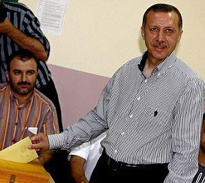 El primer ministro turco, Recep Tayyip Erdogan, deposita su voto. (Foto: EFE)