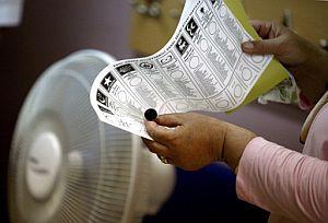 Una mujer sostiene una papeleta electoral. (Foto: EFE)