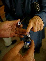 Una mujer turca es teñida con tinta tras realizar su voto. (Foto: EFE)