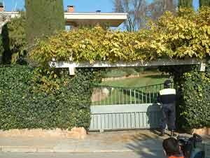 Acceso principal a la casa de la familia Tous en Sant Fruitós de Bages. (Foto: Óscar Bolancell)