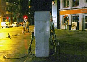 Una gasolinera, cerrada por el apagón. (Foto: EFE)