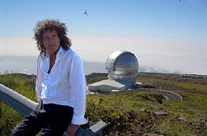 Brian May, frente al telescopio. (Foto: Garik Israelian)