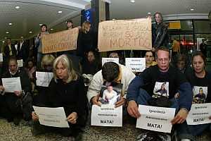 Decenas de personas protestaron en el aeropuerto de Porto Alegre contra la inseguridad aérea en Brasil. (Foto: EFE)