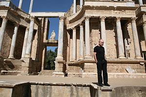 El director teatral, Calixto Bieito, posa ante el teatro romano de Mérida. (Foto: www.festivaldemerida.es)