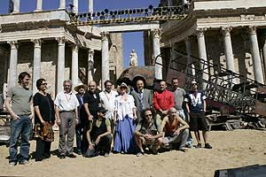 El equipo de 'Los Persas' posa en el teatro romano de Mérida. (Foto: EFE)