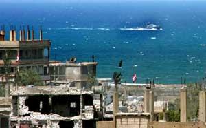 Una patrullera del Ejército libanés navega frente al campamento de Nahr el Bared, Trípoli (EFE)