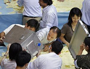 Recuento de votos en un colegio de Tokyo. (Foto: AFP)