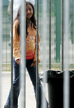 Angélica sonríe desde el interior del centro de inmigrantes ilegales. (Foto: EFE)